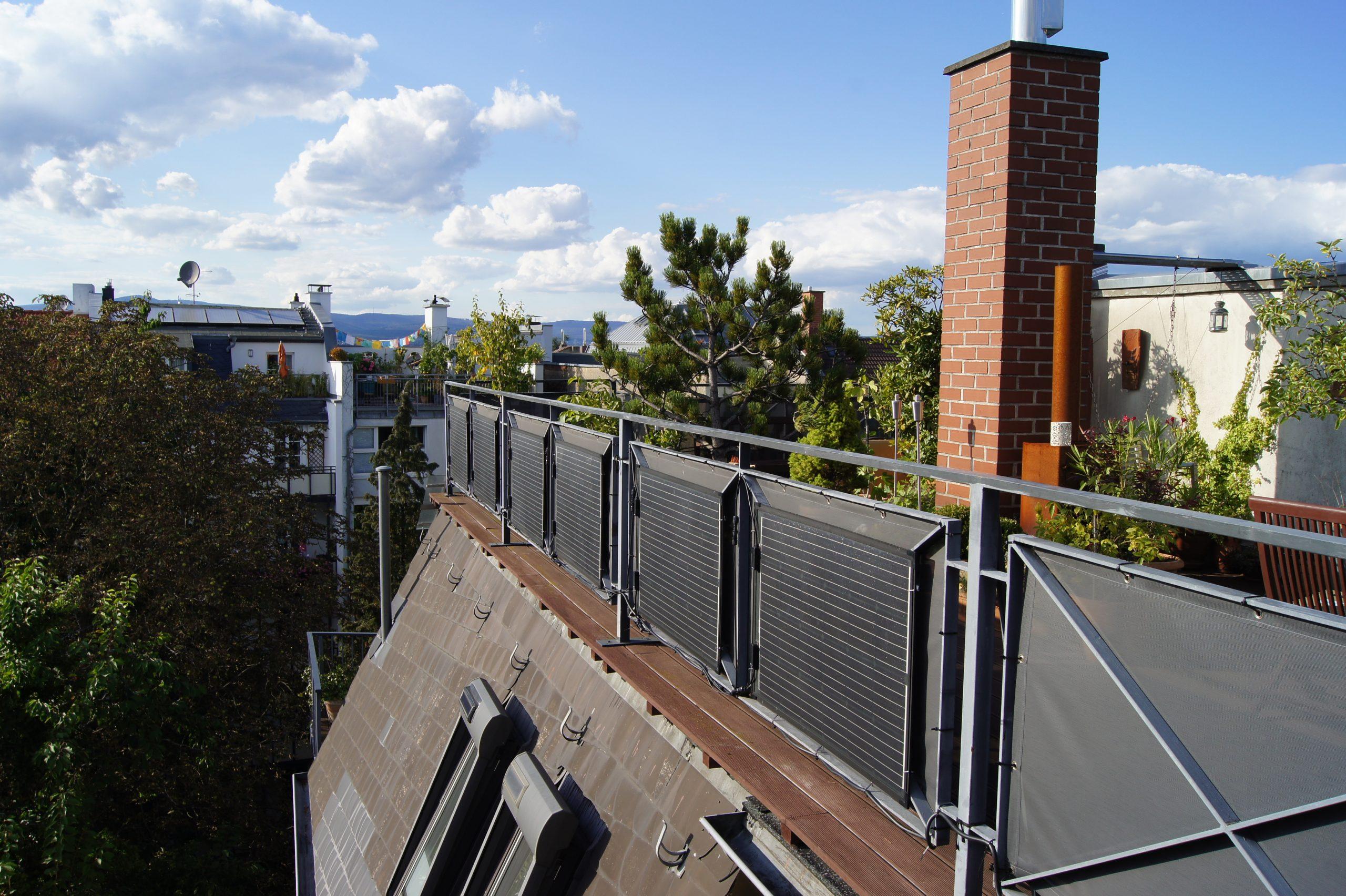 Sechs ultra-leichte Solarmodule an einem Dachterrassen-Geländer.