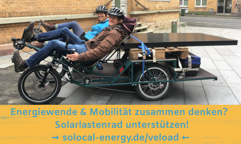 Kerstin und Arvid sitzen auf dem Lastenrad, das mit Solarmodulen beladen ist.