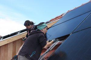 Solarselbstbauanlage: Kerstin und Lea beim Verkabeln