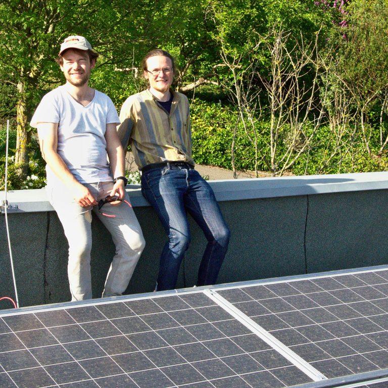 Benedikt und Arvid beim Solar-Selbstbau