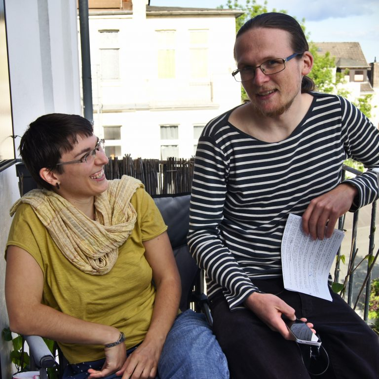 Kerstin und Arvid vor unserem ersten Balkonkraftwerk