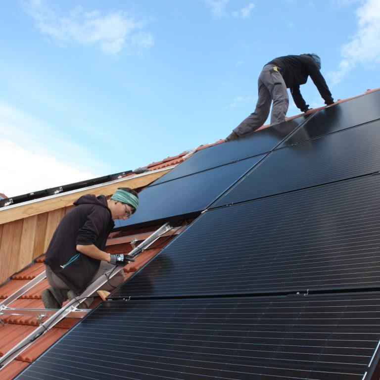 Solarselbstbauanlage: Kerstin und Benny beim Verkabeln